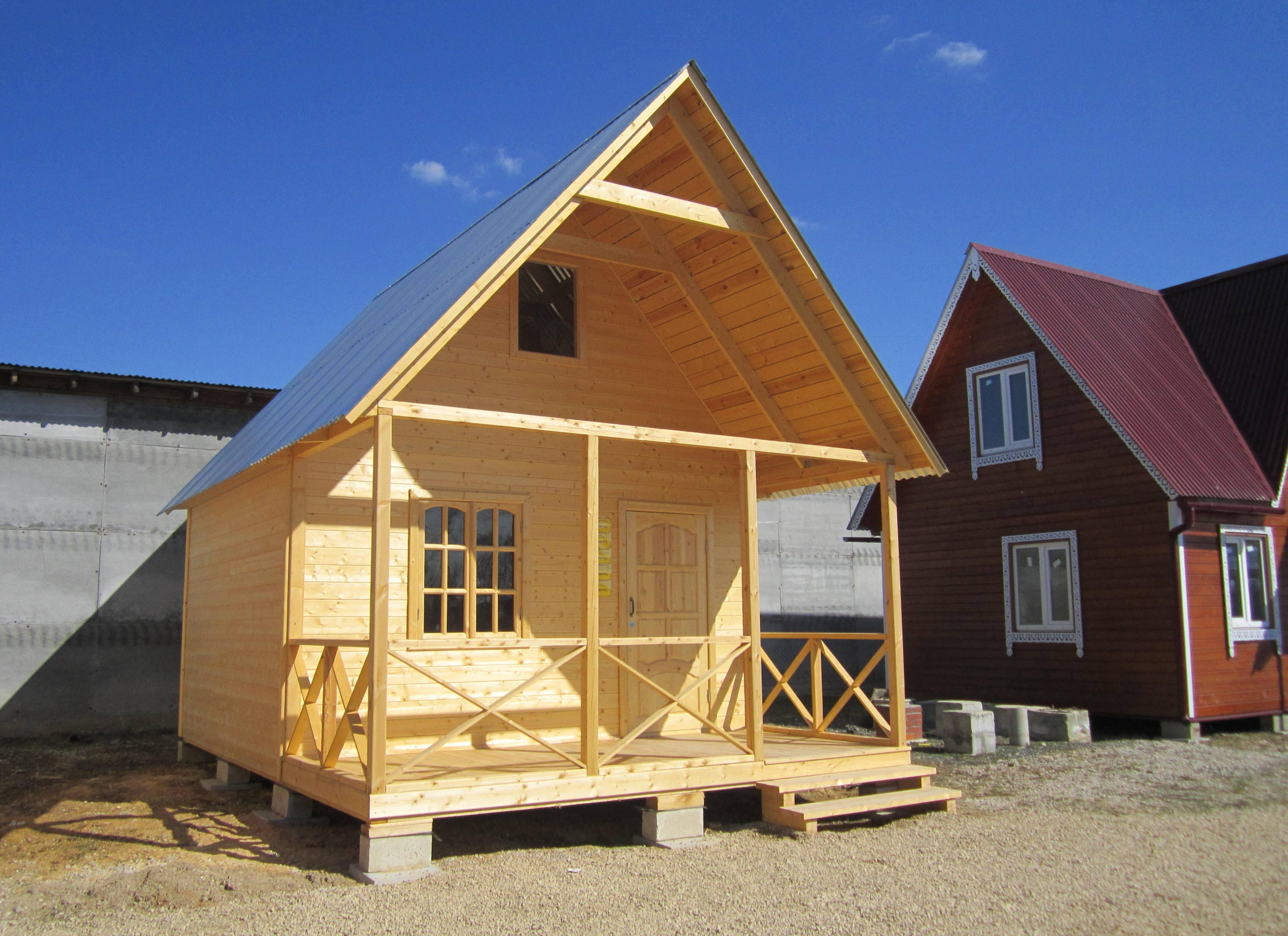 маленький дачный домик с мансардой