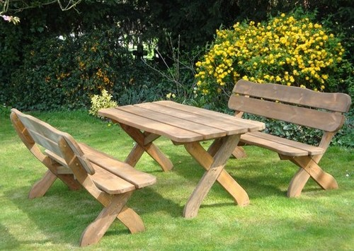 деревянные стол и скамейки