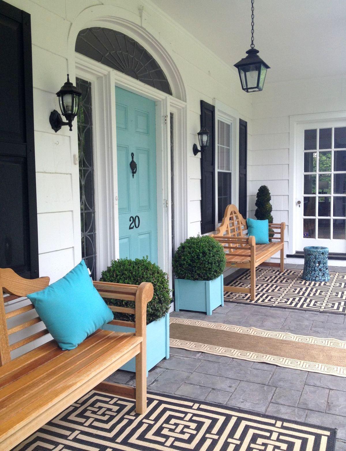 Декор дверей фасада дома