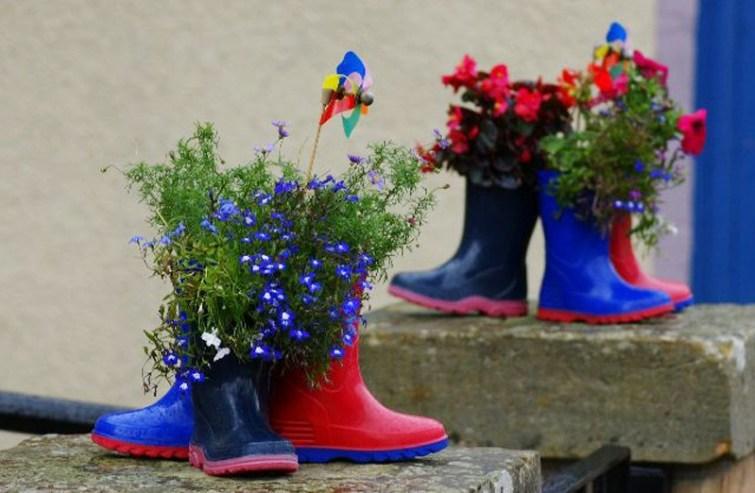 идеи для дачи сапог с цветами