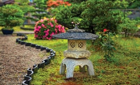 японский фонарь в саду