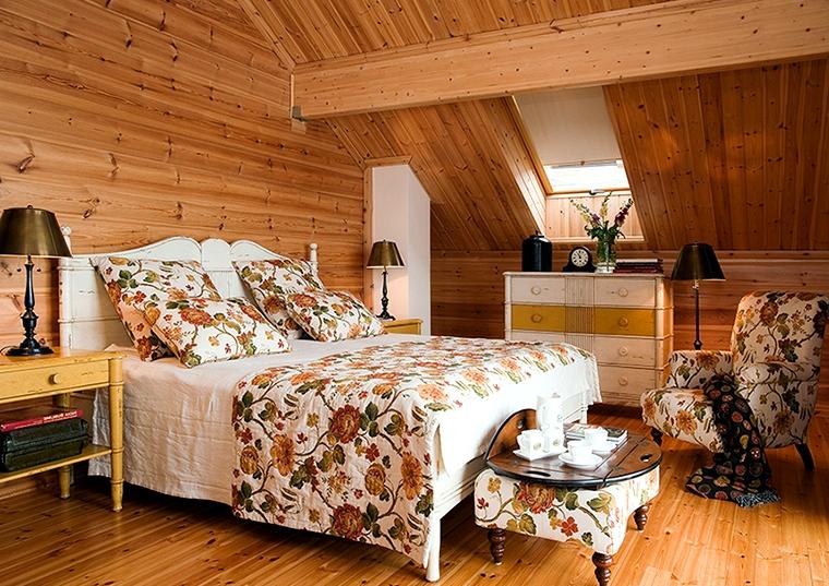 Спальня в мансарде деревянного дома фото