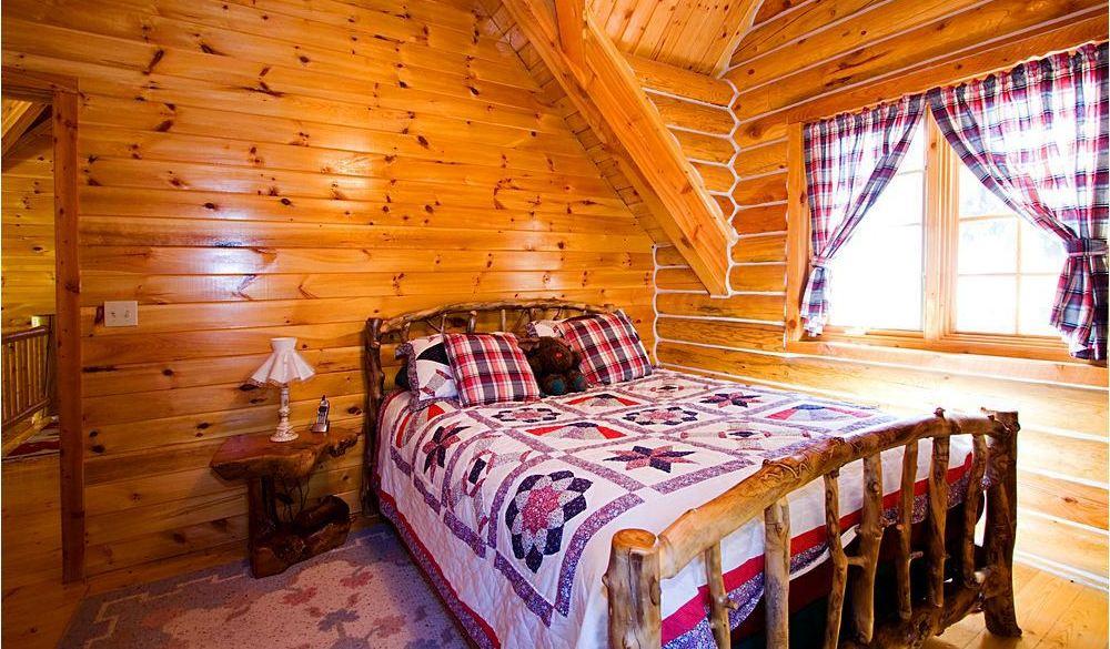 Интерьер спальни в деревянном доме1
