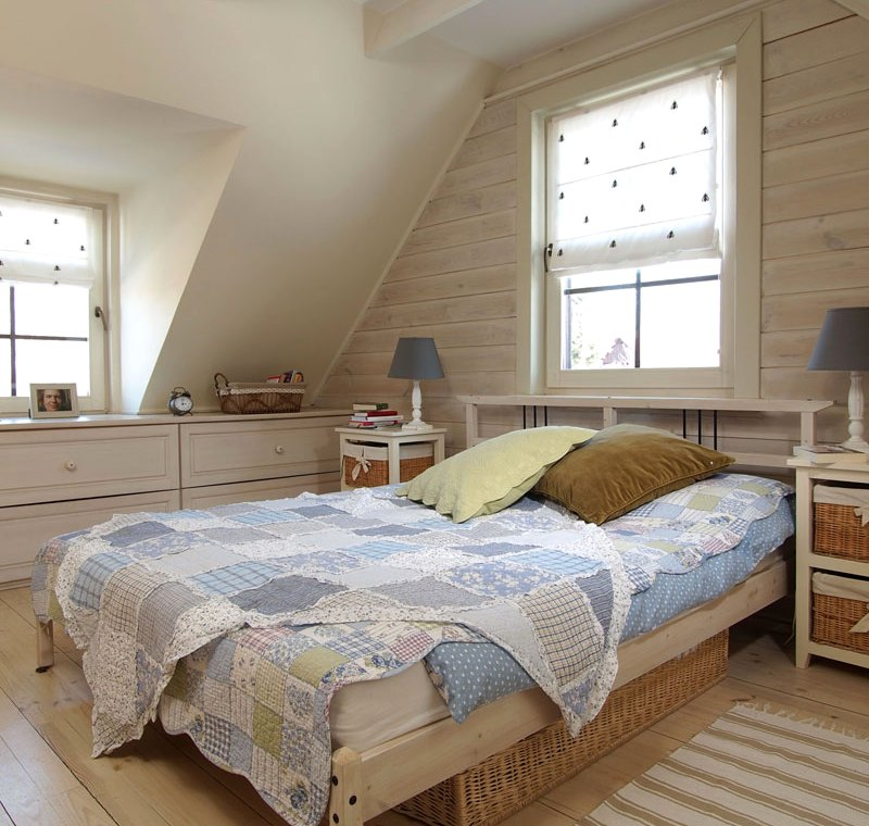 Интерьер спальни в деревянном доме7