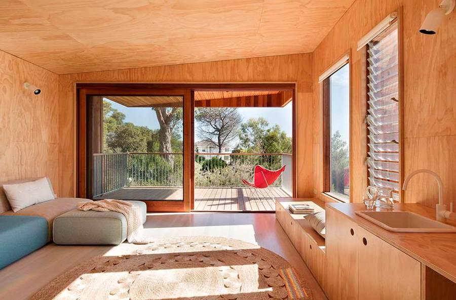Интерьер спальни в деревянном доме8