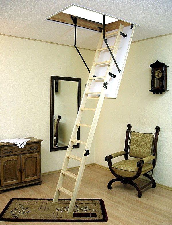 деревянная чердачная лестница в интерьере