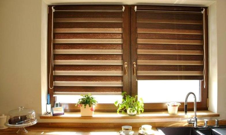 деревянные жалюзи в интерьере на кухне
