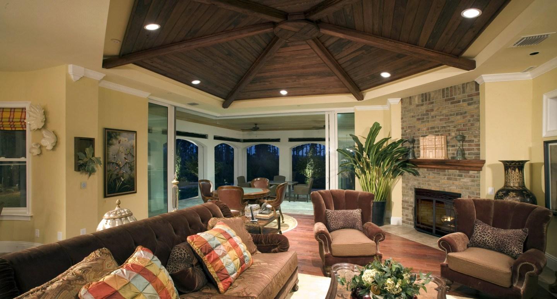 стильный деревянный потолок