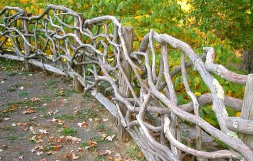 оригинальный забор из коряг
