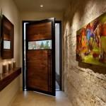 Входная деревянная дверь в дом