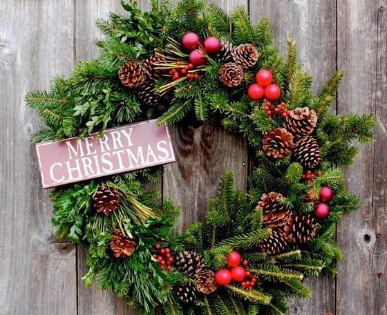 класичесский рождественский венок на дверь
