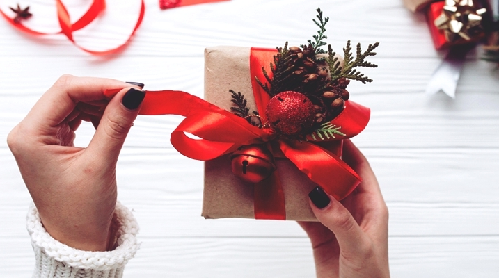 Как упаковать новогодний подарок с елочными игрушками