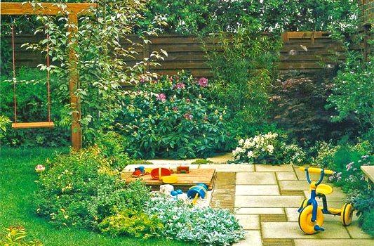 зона отдыха в саду детская площадка