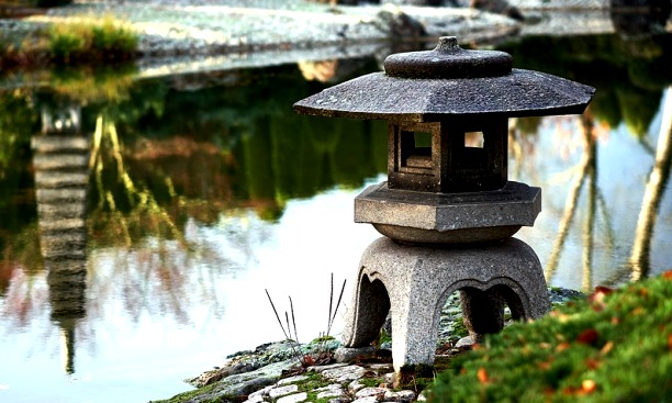 японский сад фонарь